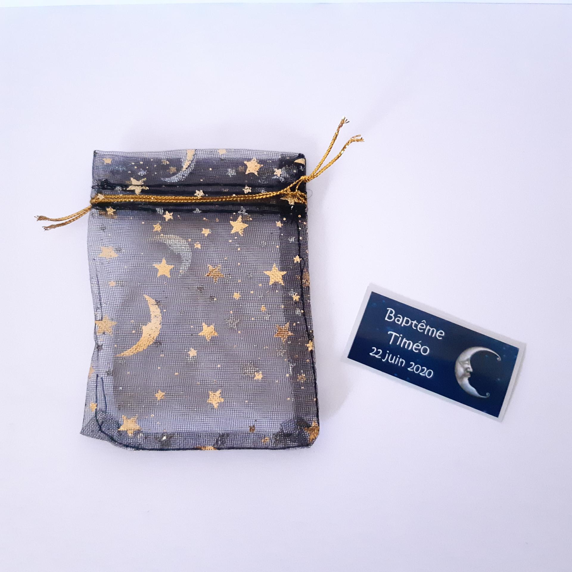 sachet pour dragées plein d'étoiles en organza noir avec petite étiquette lune