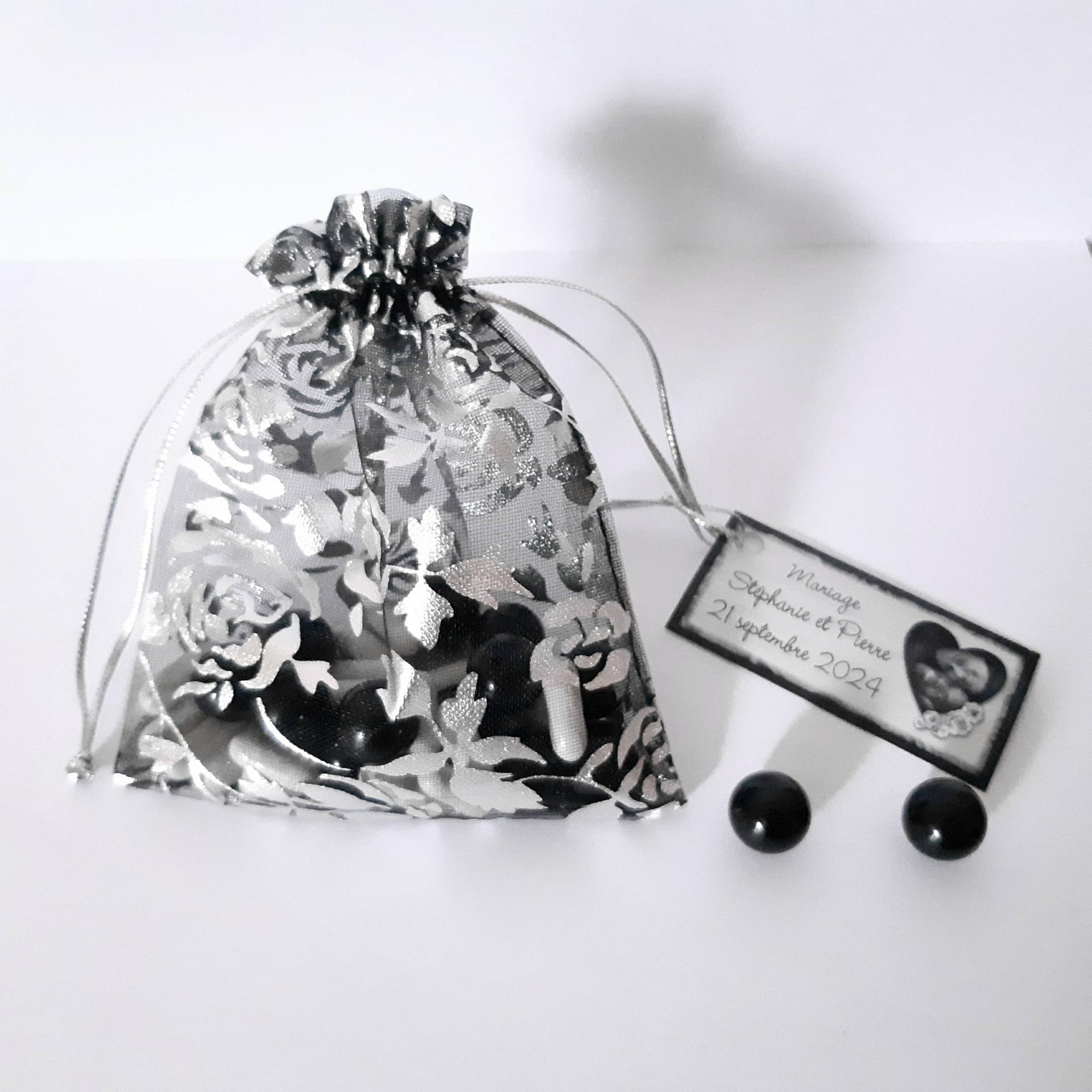 sachet noir et blanc pour dragées avec étiquette baroque